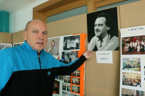Jeden z organizátorov divadelného festivalu, Viliam Kurbel z Kanianky, ukazuje portrét Stanislava Chrena.