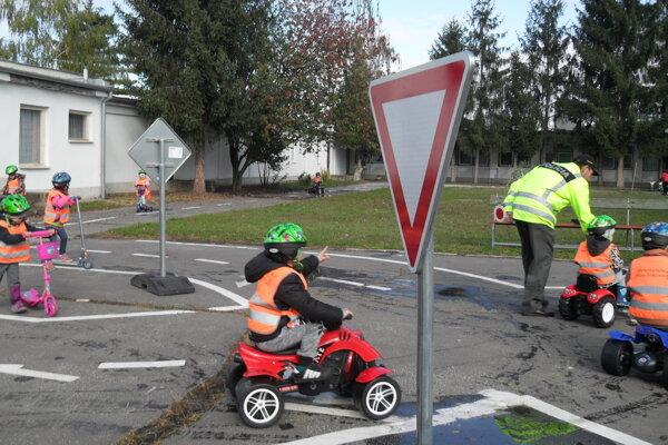 Na novom detskom dopravnom ihrisku.