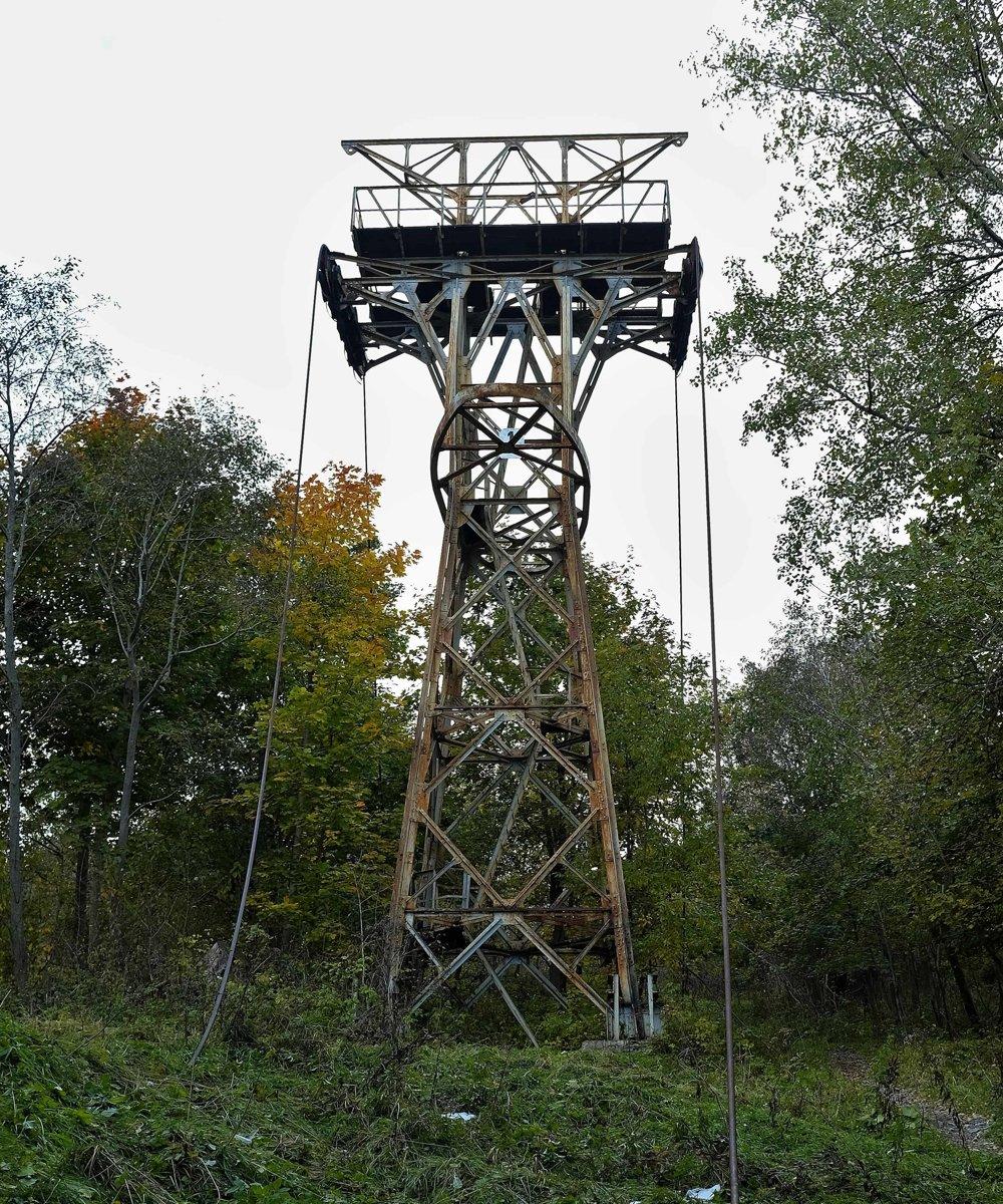 Na snímke stožiar - podpera číslo jedna neďaleko budovy visutej lanovky z Tatranskej Lomnice na Skalnaté Pleso v Tatranskej Lomnici .