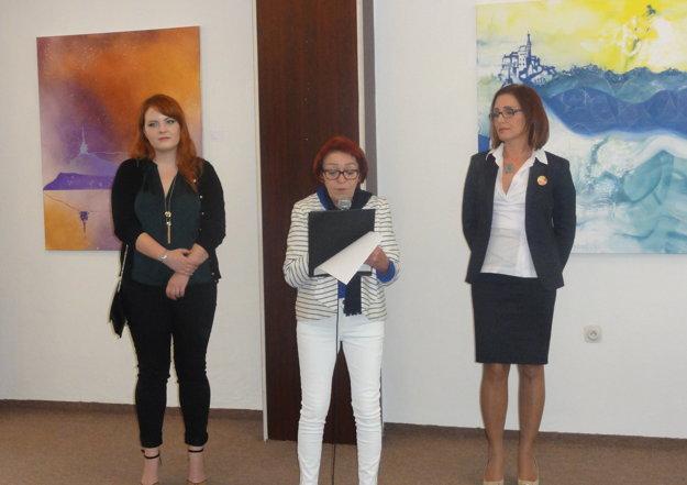 Zľava autorka Eva Szórad, kurátorka Marta Hučková a generálna riaditeľka NPPC Dana Peškovičová.