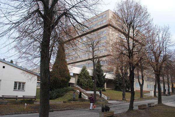 Prešovská nemocnica. Od roku 2007 až doteraz platí vedenie za právne služby externistom.