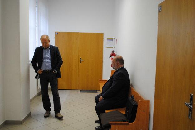 Zľava obhajca Milan Kuzma a Miroslav B. pred pojednávaním.