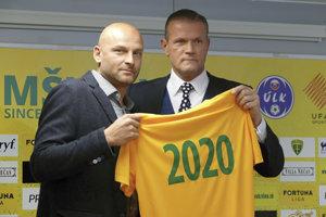 Adrián Guľa (vľavo) spolu so športovým manažérom Karolom Belaníkom.