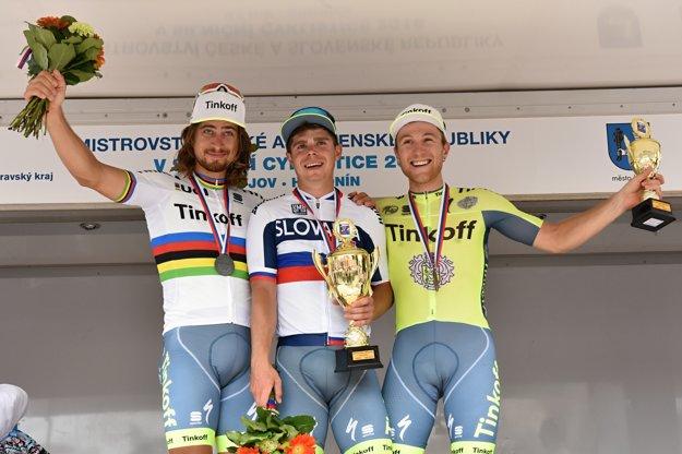Michael Kolář (vpravo) s bratmi Saganovcami na stupni víťazov po majstrovstvách Slovenska.