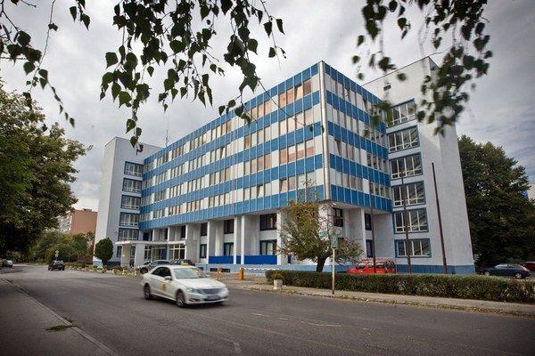 Ombudsmanka sídli v administratívnej budove v Bratislave.