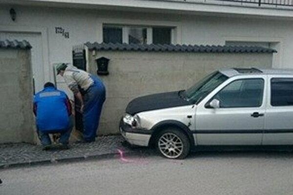 Auto skončilo v plote rodinného domu.