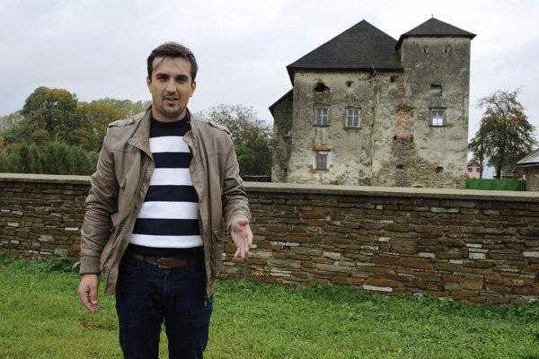 Zástupca starostu Slavomír Karabinoš pred jedným z viacerých chátrajúcich kaštieľov v Pečovskej Novej Vsi.