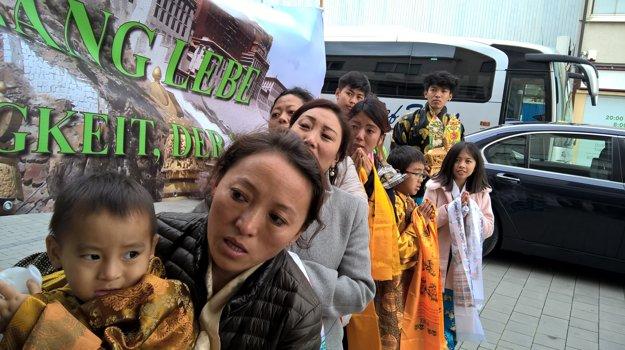 Tibeťania po stretnutí so svojim duchovným lídrom.