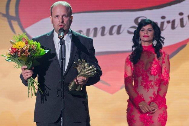 Na snímke Zdeňek Ryšavý s cenou v kategórii Médiá počas odovzdávania medzinárodného ocenenia European Roma Spirit Award 2016.