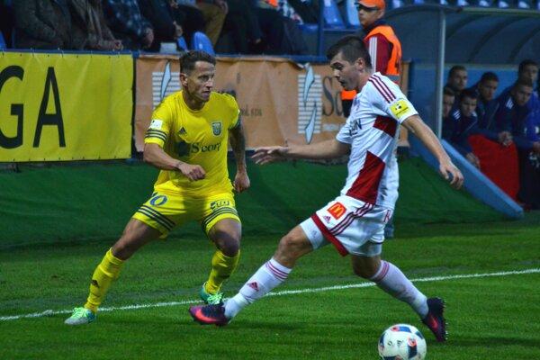 Strelil prvý gól Michaloviec. Igor Žofčák (vľavo) nádherne trafil zpriameho kopu.