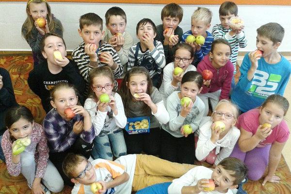 Jablká postupne miznú vbruchách školákov.