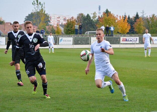 Veľký Meder remizoval s Gabčíkovom 1:1. Na snímke z okresného treťoligového derby Tamás Bíró a Marko Cingel.