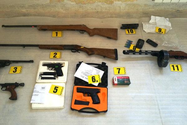 Desiatky zbraní, ale aj chemické látky, zrejme na výrobu výbušnín, našli policajti pri prehliadkach u 41-ročného Jána.