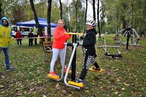 Športoví nadšenci. Starostka Lenka Kovačevičová si športovisko ivyskúšala.