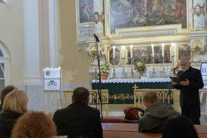 Vzácny oltár a Viliam Hriadel pri vystúpení.