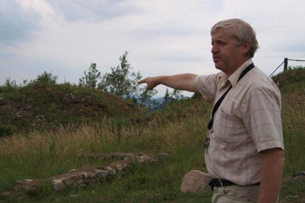 Prvú sondu položil Jozef Labuda na návrší, kde dnes vidno obrysy niekdajšej pevnosti, v lete 1981.