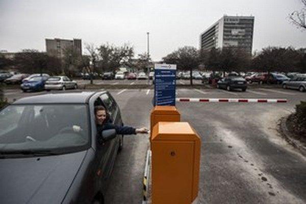 Na parkovisku pred bratislavskou nemocnicou v Ružinove pribudli rampy.