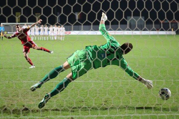 Na snímke vľavo Jakub Paur (Trenčín) dáva gól v penaltovom rozstrele Ľubošovi Hajdúchovi (Ružomberok) v zápase osemfinále Slovenského pohára.