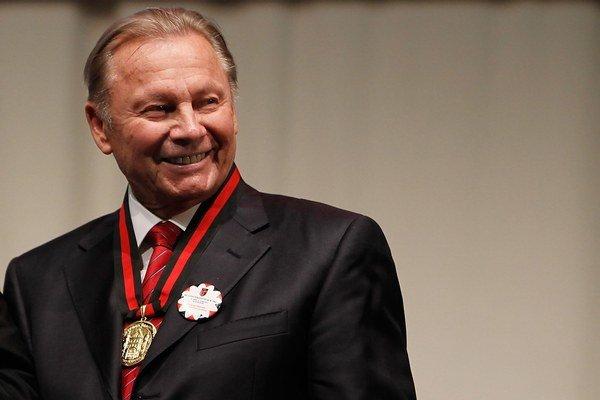 Rudolf Schuster v roku 1999 vystriedal vo funkcii Michala Kováča a stal sa prvým priamo zvoleným prezidentom. V tom čase mal za sebou kariéru dvojnásobného primátora Košíc, predsedu Krajského národného výboru, predsedu poslednej komunistickej a prvej pono