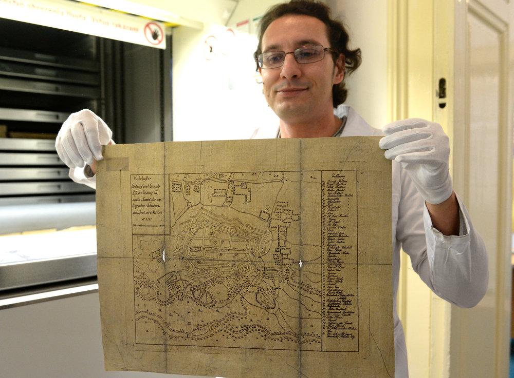 Archivár Michal Tunega ukazuje najstaršiu mapu mesta Košice z roku 1747.