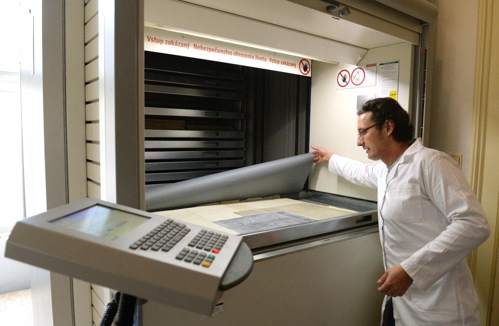Archivár Michal Tunega ukazuje zariadenie, v ktorom sa nachádza archív máp mesta Košice.