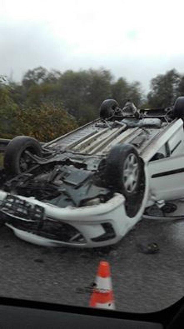 Auto sa prevrátilo na strechu.
