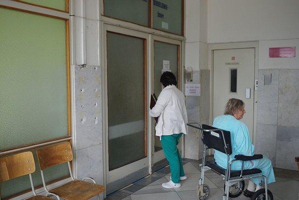 O ďalšom osude interného budú vedieť podľa riaditeľa nemocnice viac v novembri.