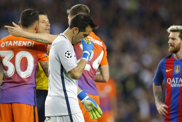 Na Camp Nou sa vrátil už v drese súpera. Brankár Claudio Bravo dostal červenú kartu.