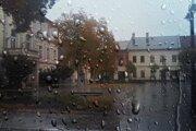 Stále prší.