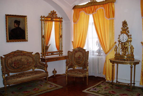 Nábytky kežmarskej barónky. Tvoria základ expozície.