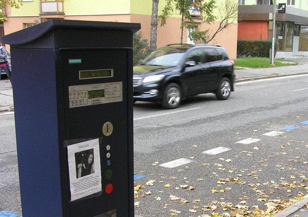 Fotky nezvestnej boli pred dvomi aj na parkovacích automatoch.
