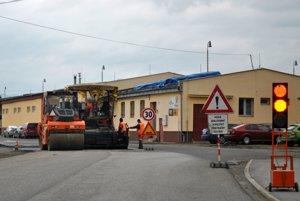 Oprava ciest. Priemyselná časť na Továrenskej vStarej Ľubovni.