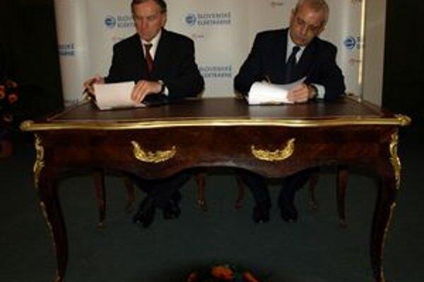 Peter Čičmanec (vľavo) a Paolo Ruzzini pri podpise zmluvy.