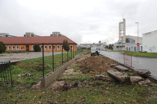 Vedľa školy vznikne parkovisko.