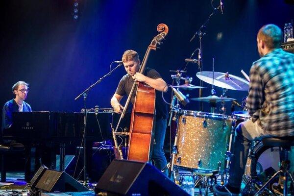 Trio GoGo Penguin z Manchestru prerazilo v hudobnom svete vďaka nominácii na cenu Mercury a zmluve s najznámejším džezovým vydavateľstvom Blue Note Records. Kapelu tvorí pianista Chris Illingworth, kontrabastista Nick Blacka a bubeník Rob Turner.