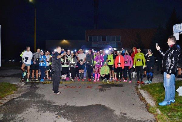 """Prvý košický Nočný polmaratón. Bolo """"sviežo"""", ale bežci, ktorí vyzerali ako mušky svetlušky, sa zahriali."""