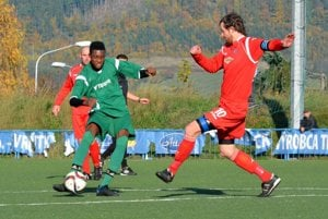 Mladý vrútocký futbalista Musonda (v zelenom drese) mal zo dve – tri dobré šance, ale vsúboji sPalúdzkou ich nevyužil.