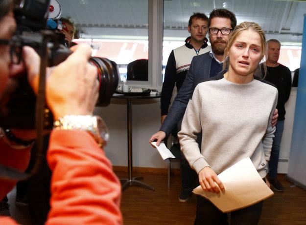 Therese Johaugová prichádza na tlačovú konferenciu, na ktorej oznámila, že mala pozitívny dopingový test.