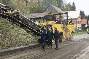 Starý a poškodený asfalt bolo treba najskôr odstrániť.