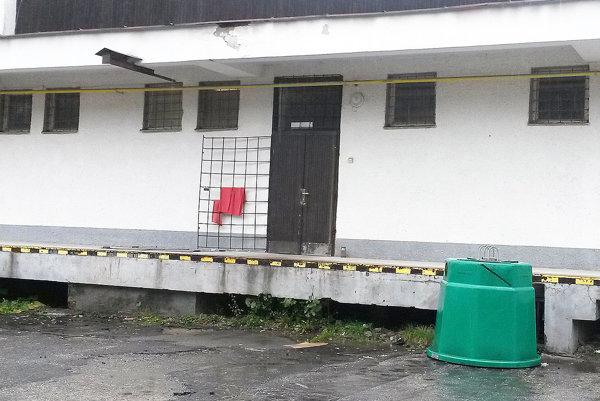 Zlodej sa dostal do predajne cez zadný vchod.