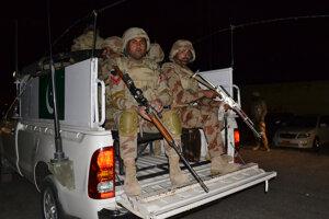 Teroristi zaútočili na pakistanské policajné centrum, zabili desiatky ľudí