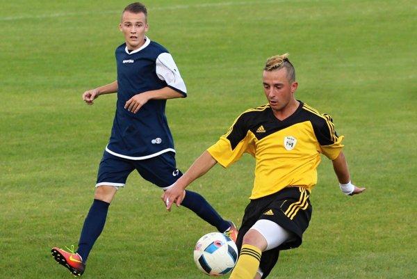 Patrik Jagnešák (vpravo) strelil víťazný gól v Makove.