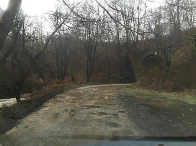 Počas prudkých dažďov sa cesta mení na potok.