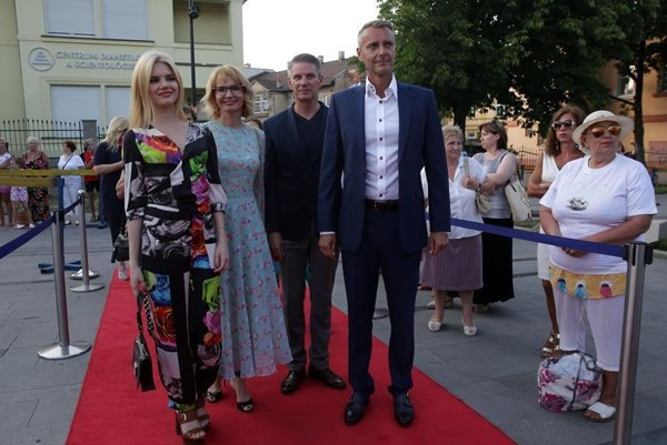 Na Art Film Feste zapózovali sprimátorom. Laura, Renáta aMiroslav Lenártovci sRašim.