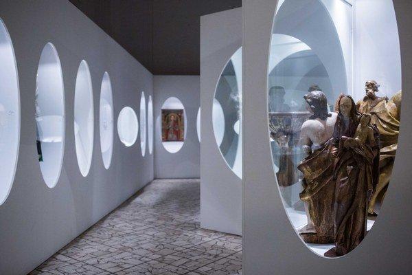 Pohľad na vystavené exponáty z výstavy s názvom 120 rokov Slovenského národného múzea.