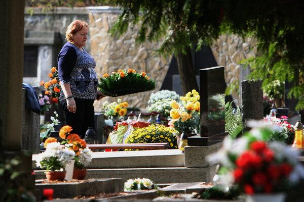 Policajti hliadkujú pri cintorínoch (ilustračná snímka)