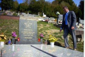 Pamätník na cintoríne vOščadnici navštívil aj Nikolaj Ryžov zVeľvyslanectva Ruskej federácie na Slovensku.