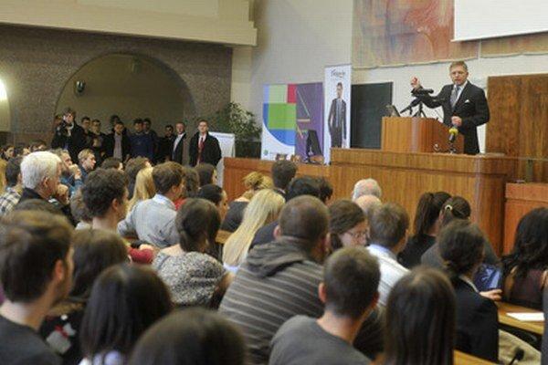 Premiér Fico počas prednášky.