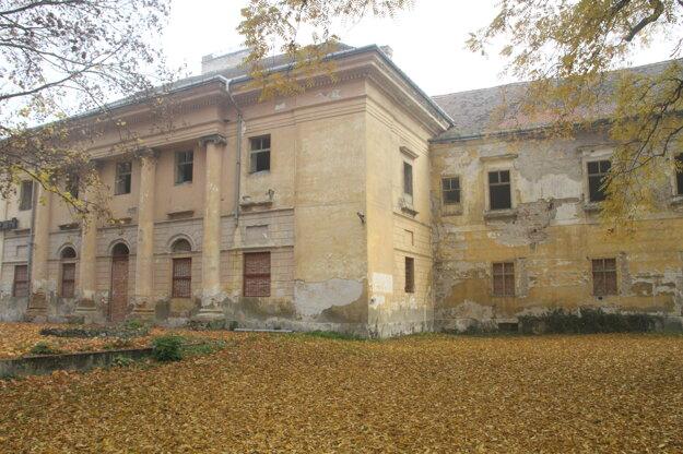 Klasicistické sídlo Esterházyovcov začne radnica opravovať zo svojho.