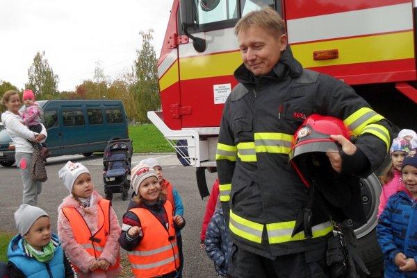 Hasiči deťom priviezli ukázať aj svoju techniku.